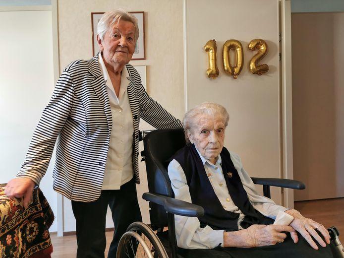 Marietje van Leeuwe viert dat ze 102 jaar is geworden in goed gezelschap van de 88-jarige Frieda de Rijcke. Al een leven lang vriendinnen en inmiddels is Frieda ook Marietjes mantelzorger en buurvrouw.
