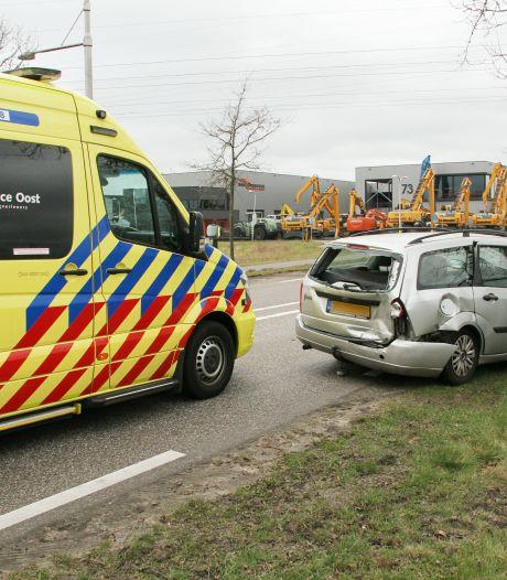 Drie auto's botsen tegen elkaar in Goor, één persoon naar ziekenhuis