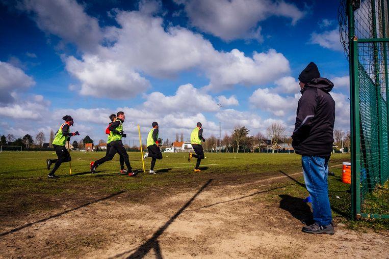 Op de oefenterreinen van Futurosport bereiden de spelers van Excel Moeskroen zich voor op hun volgende wedstrijd. Beeld Stefaan Temmerman