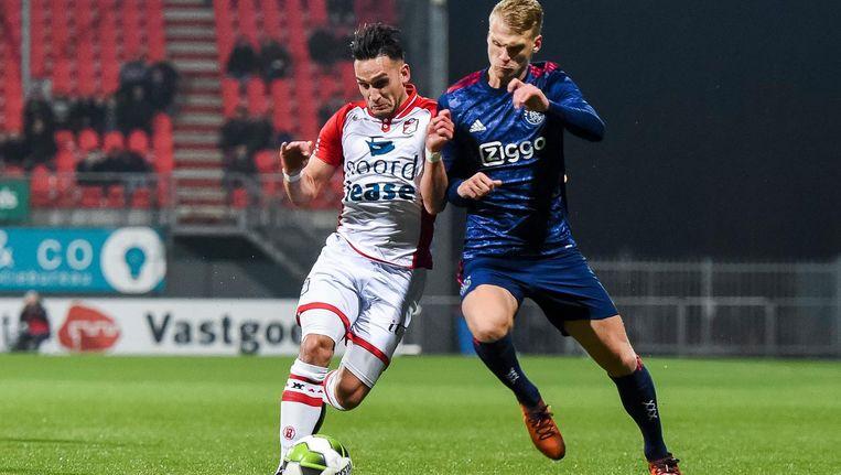 FC Emmen speler Gersom Klok en Jong Ajax speler Mitchel Bakker. Beeld Pro Shots