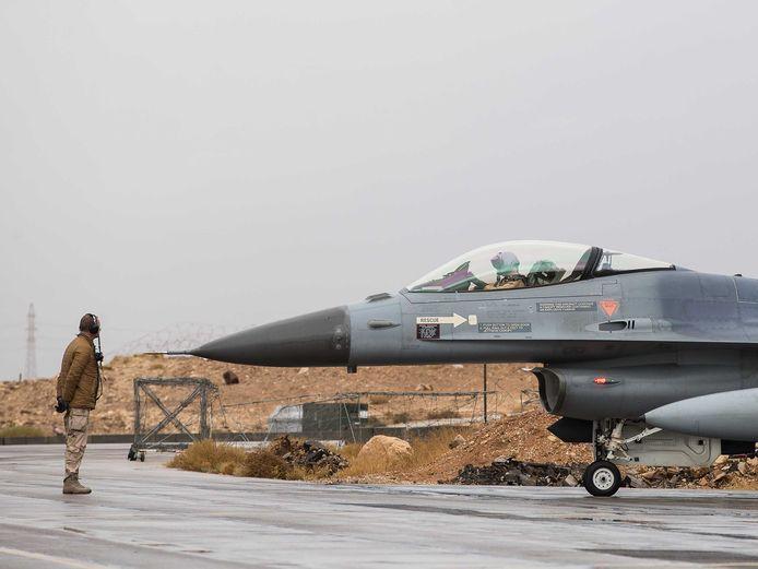 Een F-16 op het Nederlandse detachement in Jordanië, voor vertrek van een vlucht boven Irak en Oost-Syrië.