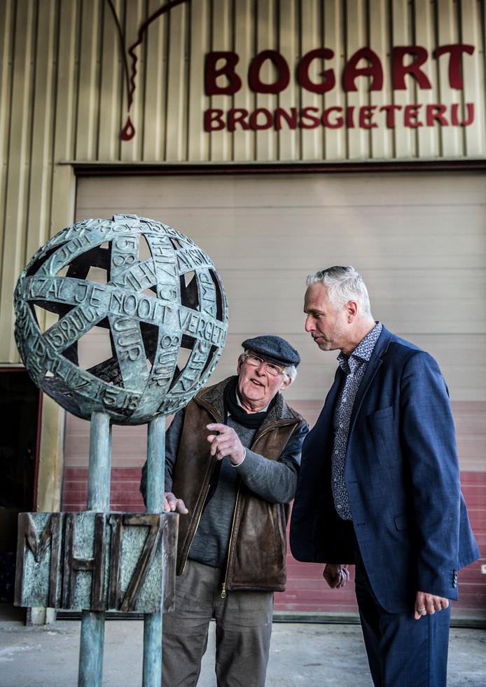 Nederland,Druten,23-02-2018  Kunstenaar Toon Heijmans en Ronald Rutten bij het nieuwe gedenkteken voor de MH17. Foto: Koen Verheijden