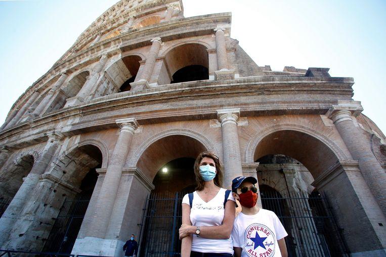 De twee eerste bezoekers van het Colosseum sinds de sluiting.
