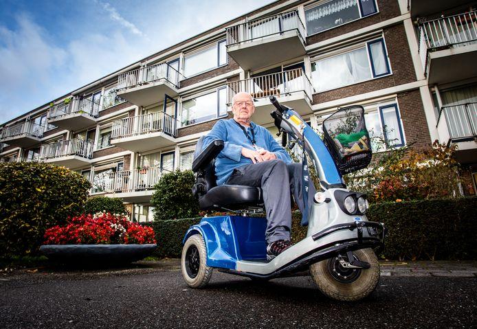 Wout van Zanten (74) in zijn scootmobiel voor zijn aanleunwoning in Crabbehof. ,,Je kunt niet eens meer voor een boodschap naar het winkelcentrum.''