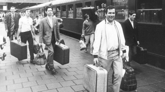 Gastarbeiders arriveren per trein in Nederland, eind jaren 60.