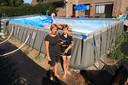 Kris Truyts en haar zoon Matthew staan aangeslagen bij het leeggestroomde zwembad.