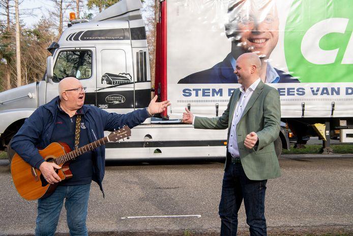 CDA'er Piet-Cees van der Wel uit Hardenberg trok alles uit de kast in de campagne. Zo was zijn gezicht te zien op een truck en zong Henk - 'Vlam in de pijp' - Wijngaard hem toe.