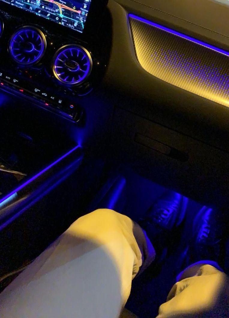 Behalve luxe kun je de EQA, zeker voor een Mercedes, uitbundig noemen: 's avonds lijkt het een rijdende karaokebar.  Beeld