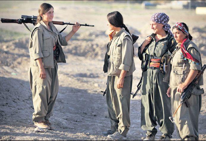 Vrouwelijke strijders van de Koerdische peshmerga in de buurt van de Koerdische stad Mosul, waar hevig wordt gevochten tegen de terreurbende IS.