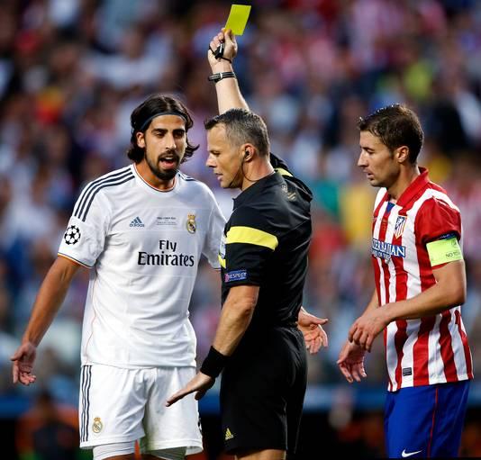 Sami Khedira krijgt geel van scheidsrechter Bjorn Kuipers, maar lacht wel het laatst in de CL-finale tegen Atlético.