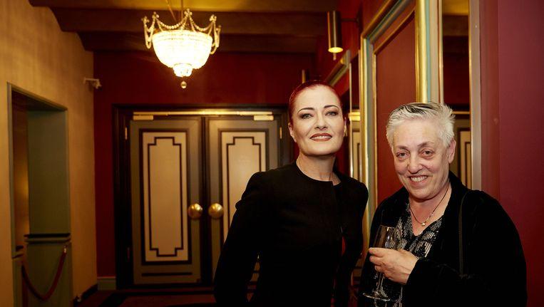 Artistiek directeur van het Holland Festival Ruth Mackenzie (rechts) poseert met de Turkse popdiva Candan Ercetin, die vorig jaar was te zien op het festival. Beeld anp