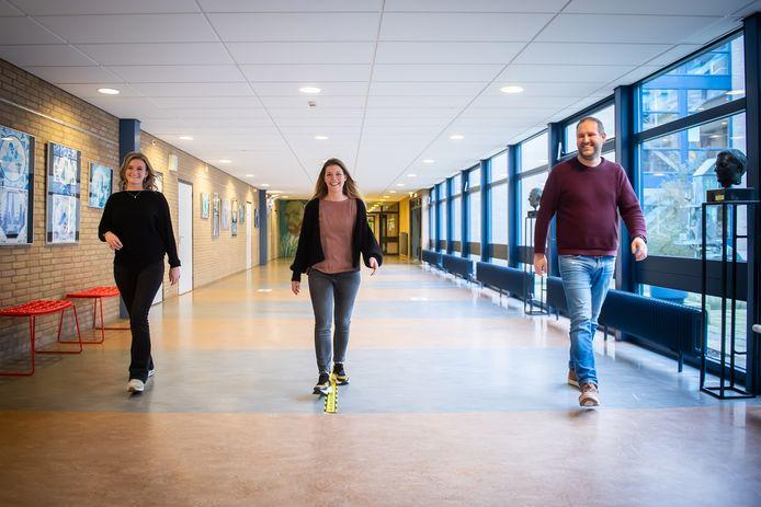 Pedagogisch medewerker Sanne van Oorschot (l), ondersteuningscoördinator Joyce de Bie en pedagogisch medewerker Rob Evers lopen tijdens de tweede lockdown door de lege gangen van de KSE.