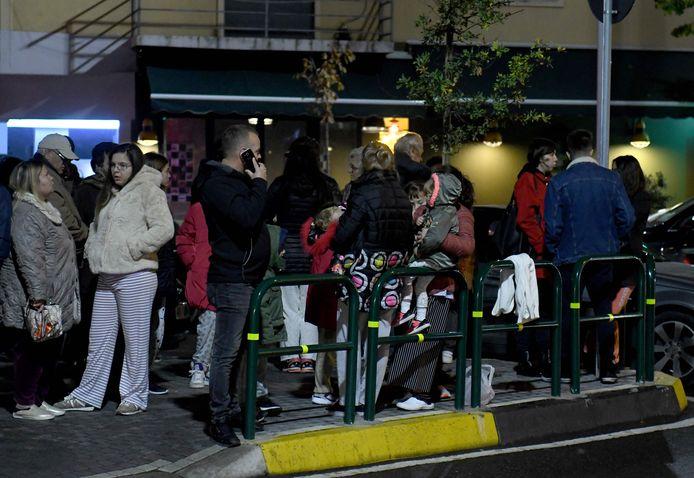 Inwoners van hoofdstad Tirana verzamelen op straat na de nachtelijke bevingen.