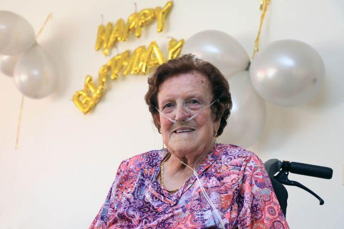 Jane Monjé-Perduyn op haar honderdste verjaardag in woonzorgcentrum De Stelle in Oostburg.