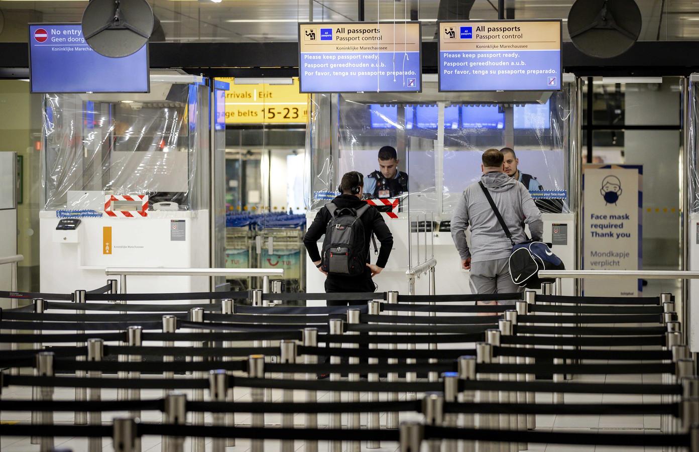 Iedereen die naar Nederland vliegt moet een negatieve PCR-testuitslag kunnen overleggen.