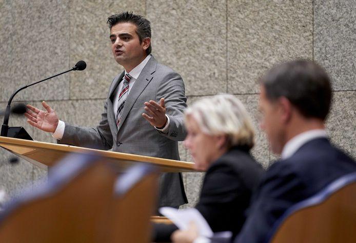 Tunahan Kuzu (Denk) tijdens het debat in de Tweede Kamer over de Turkse inval in Syrië.