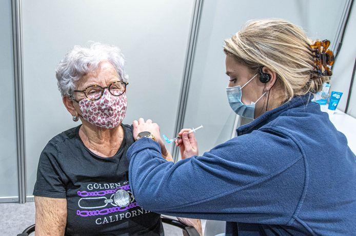 Het vaccineren stilleggen maakt mensen aan het twijfelen, zegt arts Sjoerd Zwart.
