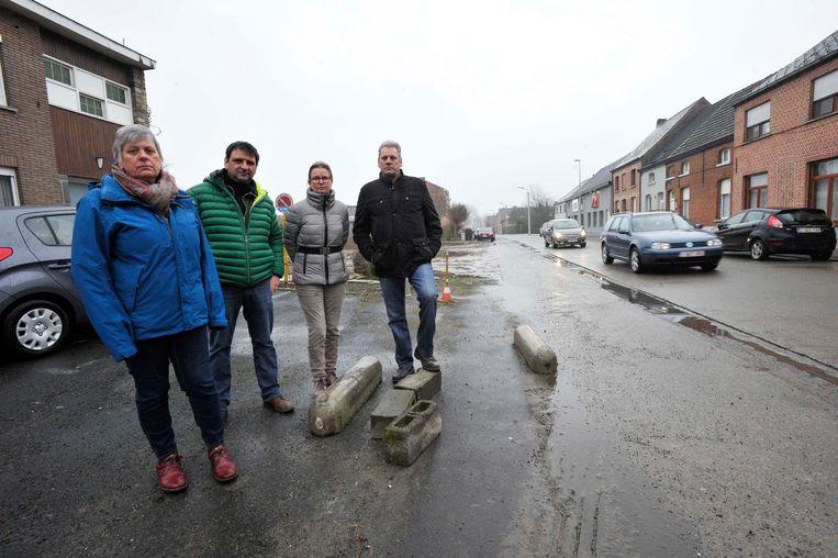 Terry Christiaens, Bart De Gendt, Els De Smedt en Ronan Christiaens bij de losliggende betonnen blokken.