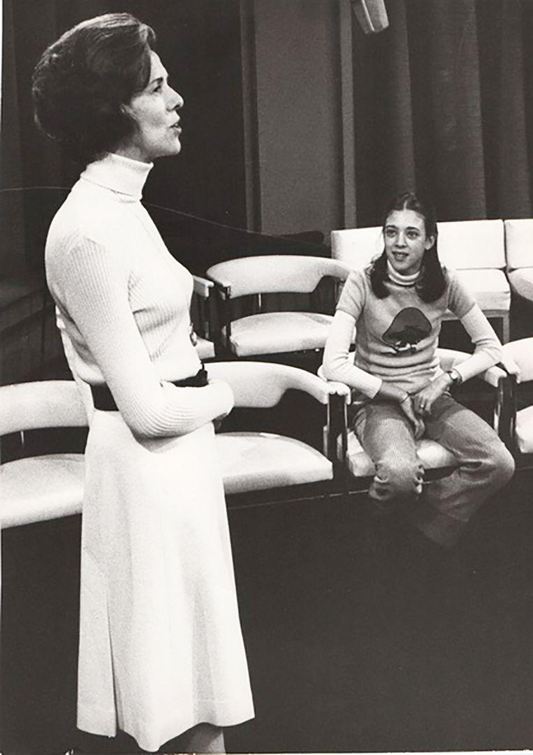 Jetty Paerl met haar dochter in de Thames Television Studios in Londen, 1973. Beeld Thames Television