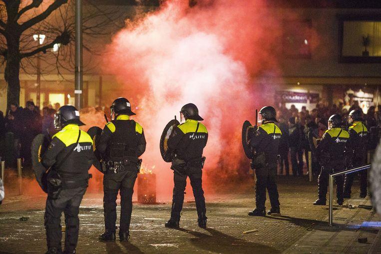 Een demonstratie tegen de mogelijke komst van een asielzoekerscentrum in Heesch is uit de hand gelopen. Een aantal van hen keerde zich in de loop van de avond tegen de politie. Beeld null