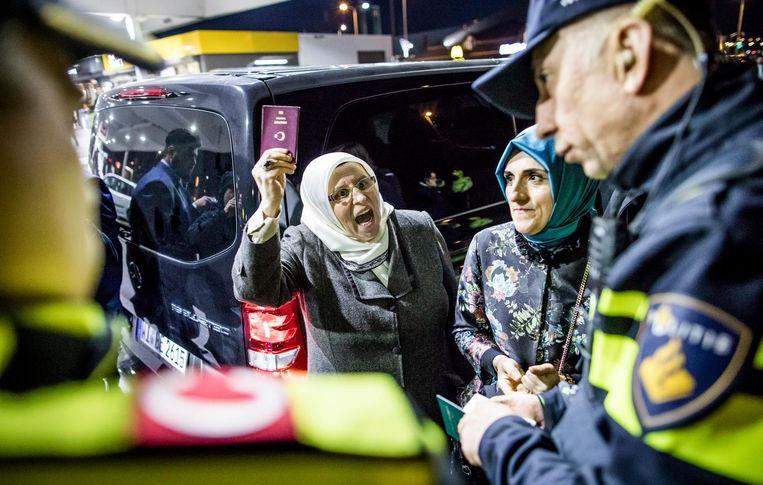 Turkse journalisten worden tegengehouden door de politie bij de McDonalds bij de Kuip in Rotterdam. Beeld Freek van den Bergh / de Volkskrant