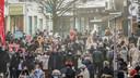 Een beeld van een drukke Lange Steenstraat in Kortrijk eerder dit jaar. De politie houdt op de achtergrond een oogje in het zeil. Vanaf deze week doen ook agenten in burger dat en wordt er meteen geverbaliseerd bij overtredingen.