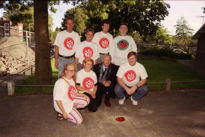 Burgemeester Wil van den Bos van Wateringen en het bestuur van jongerensociëteit Oikos leggen in 2001 tegels tegen zinloos geweld voor de Eendenburcht.