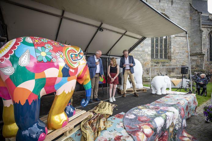 Onthulling Olifant van Elephant Parade die is beschilderd met het winnende ontwerp van de scholierenwedstrijd in Ootmarsum.