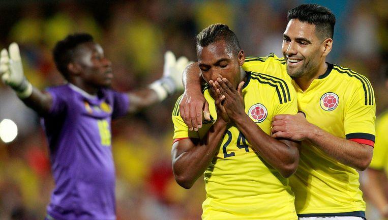 Falcao feliciteert Izquierdo met zijn goal tegen het Kameroen van Hugo Broos. Beeld Photo News