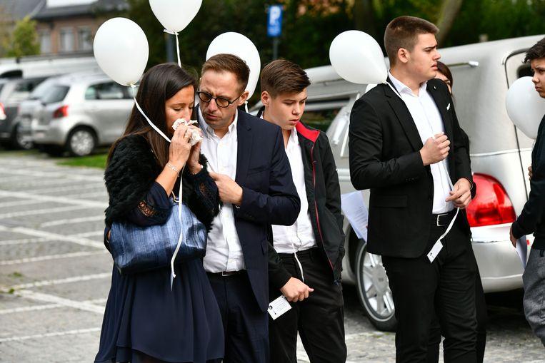 De ouders van Charlotte Gysel tijdens de begrafenis van hun dochter