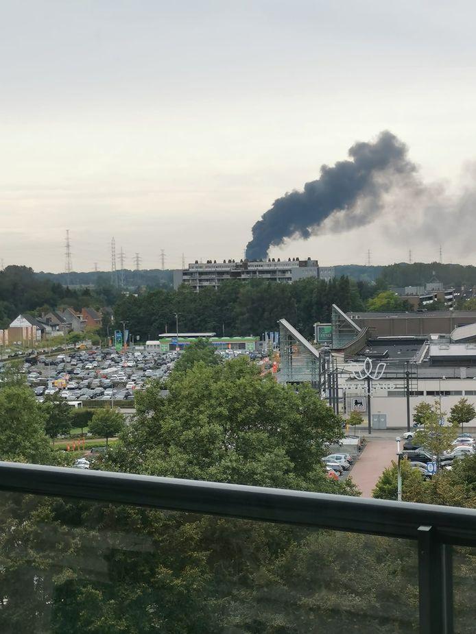 De rookpluim was kilometers ver in de omtrek waar te nemen.