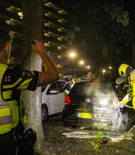 Auto in brand op parkeerplaats Apeldoorn, politie onderzoekt brandstichting