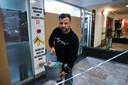 Uitbater Khalid El Hattab van de juwelierszaak K&F Gold in het Centrury Center ruimt de glasscherven op na de inbraak.