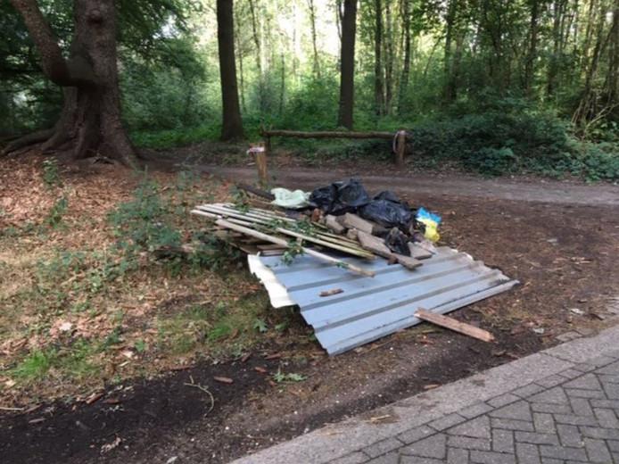 Recente dump van afval in de bossen bij Putten.