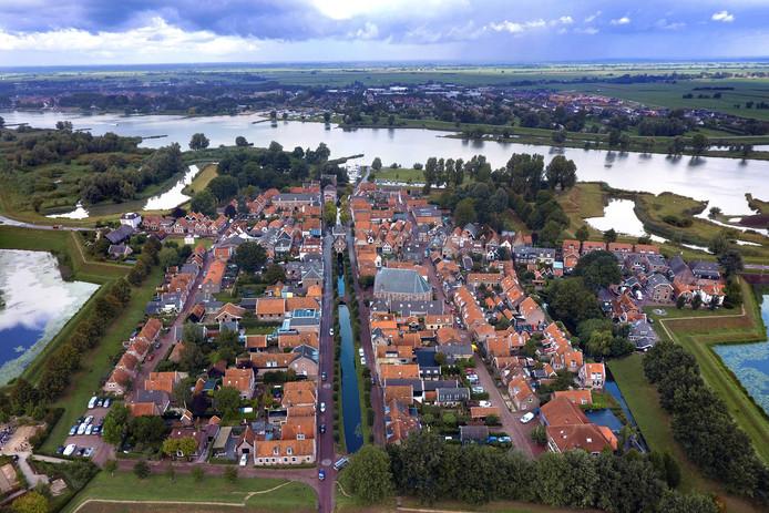 Nieuwpoort vanuit de lucht met onder van links naar rechts, kroegbaas Cees Renes op zijn terras, de Veerpoort in Schoonhoven tegenwoordig fraai uitgelicht en ondernemeAnnemieke van As.