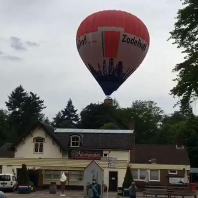 De snel dalende luchtballon bij de Pyramide van Austerlitz. Die landing liep maar net goed af.