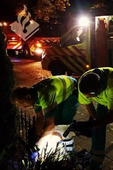 Pijnlijk: man uur vast met knie op scherpe punt van hek in Schijndel