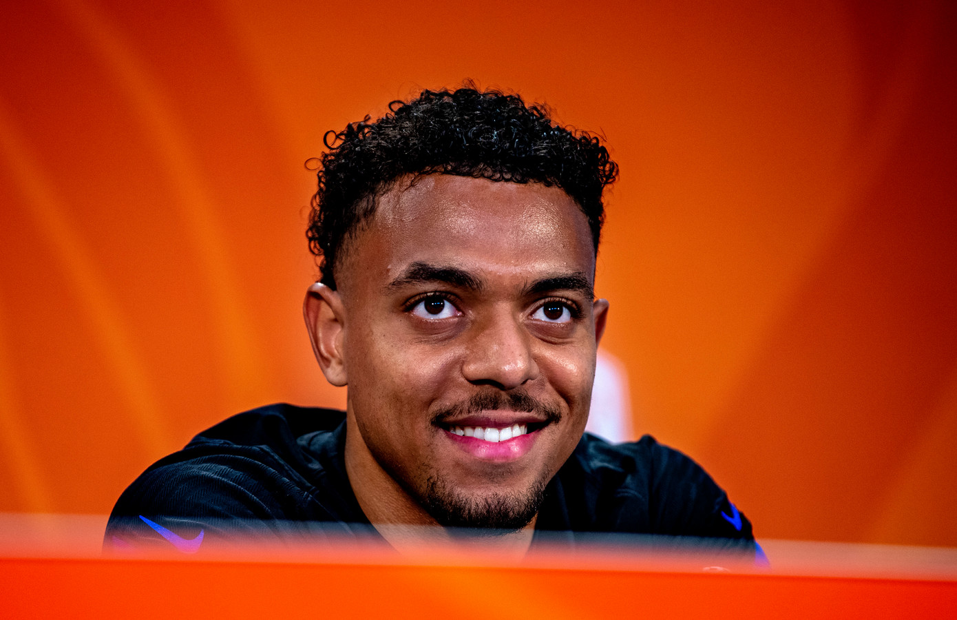 Donyell Malen tijdens een persconferentie bij Oranje.
