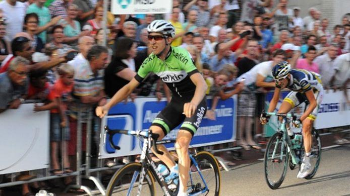 Bauke Mollema steekt zijn armen in de lucht als hij zeker weet dat hij Wout Poels heeft geklopt. De Groninger wint Daags na de Tour 2013. Het was de eerste keer dat Mollema in Boxmeer van start ging.
