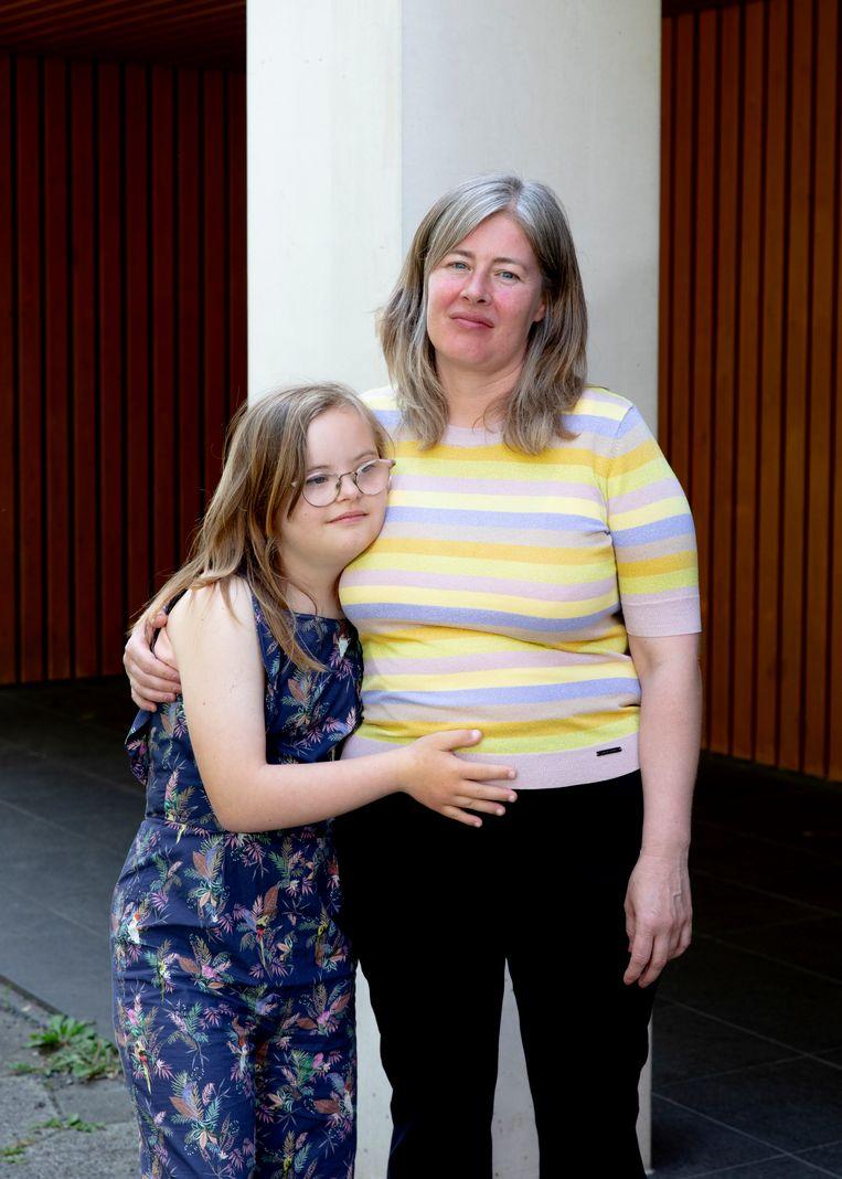 Francis Eijlders  en dochter Marie, die na de zomer naar de middelbare school gaat. Beeld Lin Woldendorp