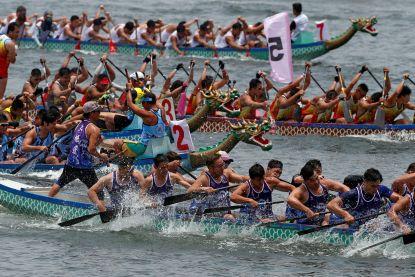 Video: Drakenboten racen door Hong Kong