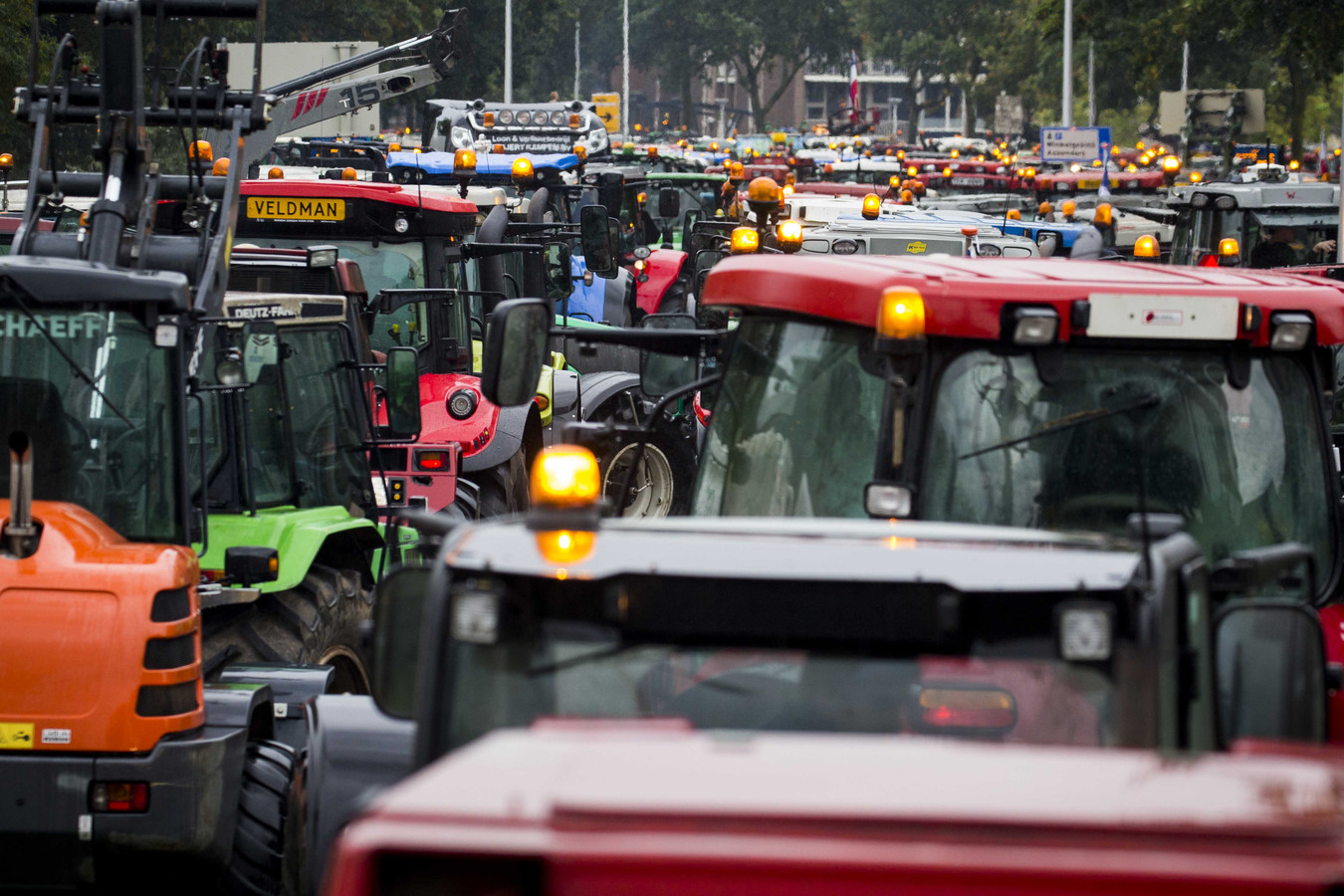 Actievoerende boeren vertrekken bij provinciehuis van Overijssel. De sector stond vorig jaar op de achterste benen uit onvrede over de provinciale beleidsregels rond stikstof.