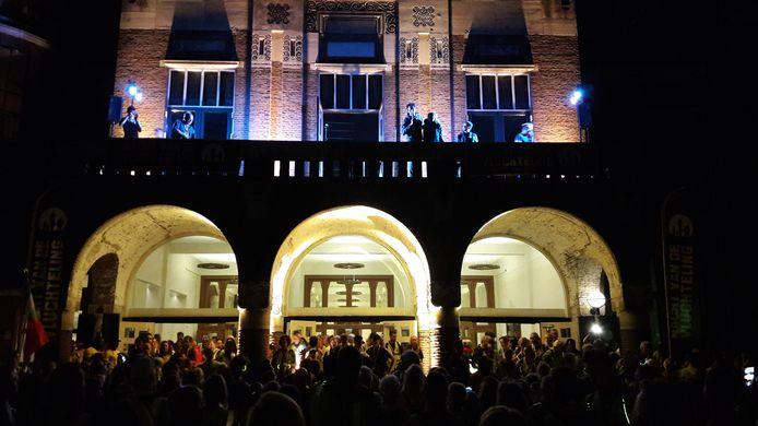 De deelnemers aan de Nacht van de Vluchteling verzamelden bij concertgebouw de Vereeniging.