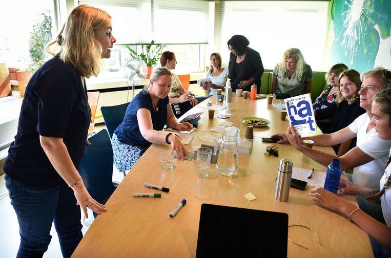GGZ Noord-Holland-Noord gaat voorop in het gebruik van ervaringsdeskundigen. Nanette Waterhout (links), die kampte met depressies, probeert er 'gelijkgestemden' te helpen. Beeld Marcel van den Bergh