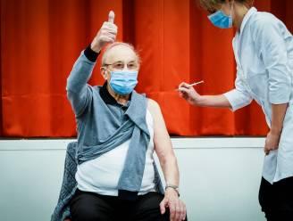 """'t Is gebeurd! Aimé (97) kreeg als eerste Oost-Vlaming zijn coronavaccin: """"Niet eens iets van gevoeld. Nu kan ik 100 jaar worden!"""""""