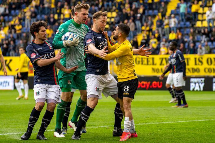 NAC-speler Marouan Azarkan en NEC-doelman Mattijs Branderhorst bij een opstootje tijdens de finale van de play-offs.