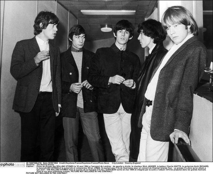 The Rolling Stones op de luchthaven van Londen in 1964: Mick Jagger, Charlie Watts, Keith Richards, Bill Wyman en Brian Jones.