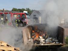 Brandweer rukt uit voor containerbrand in Sprang-Capelle; buren bezorgd om rieten dak