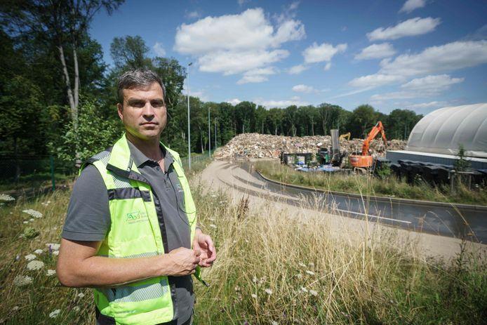 ascha Hurtenbach, directeur du centre de gestion des déchets de Niederzissen, dans l'ouest de l'Allemagne, se tient devant la décharge, le 30 juillet 2021.