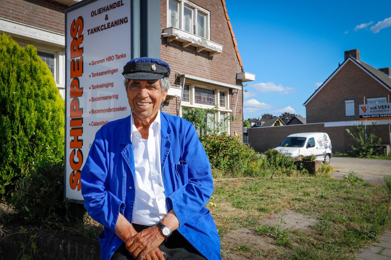 Jan Schippers bij zijn huis dat plat wordt gegooid voor een appartementencomplex Veldhoven